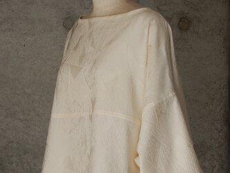 着物リメイク オフホワイトのチュニックブラウス/フリーサイズ/七分袖の画像