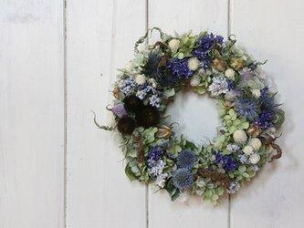 青い花のリースの画像