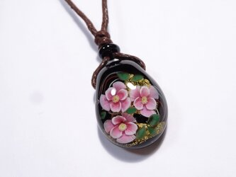 椿のとんぼ玉ガラスペンダント 金箔入りの画像