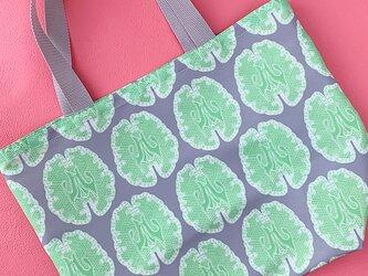 雨の日も使える レース模様の様な『脳柄』お買い物袋(グレー&グリーン系)の画像