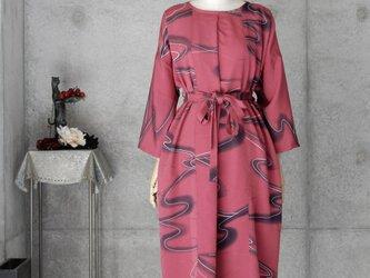 着物リメイク 大きめのワンピース/フリーサイズ/赤紫の画像