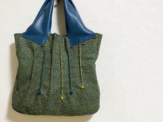 つまみ縫い模様のツイードかばんの画像