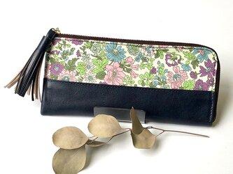 リバティープリント×牛革のL字型 長財布 エミリー(ネイビー)の画像
