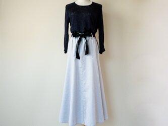 ドレープが美しいフレアロングスカート【白黒ピンドット・一枚仕立て・リボン付き・総ゴム&ファスナー・W63-75・ロング丈】の画像