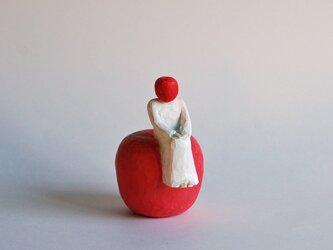 木彫りのりんごとの画像
