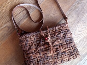 貴重な山葡萄の蔓で編んだポシェット(ショルダーバッグ)【横長】の画像