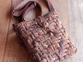 貴重な山葡萄の蔓で編んだポシェット(ショルダーバッグ)【縦長】の画像