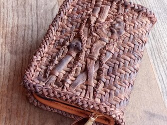山葡萄の蔓で編んだおくすり手帳入れ ストラップ付の画像