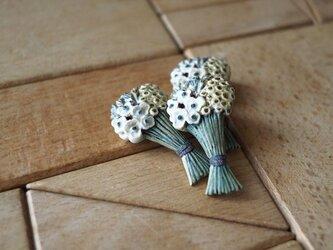 花束のブローチの画像
