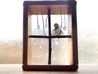 5166.[訳あり]bud 雨ふり窓辺の画像