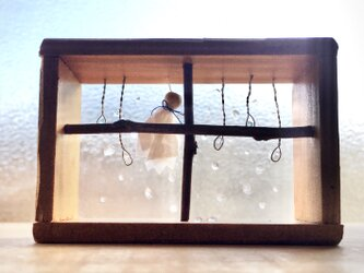 5167.[訳あり]bud 雨ふり窓辺の画像