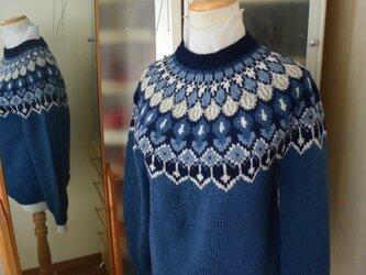 贅沢ブルーのセーターの画像