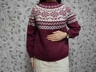 ワインとグレージュのセーターの画像