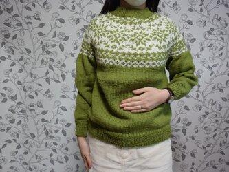 抹茶グリーンとグレージュのセーターの画像