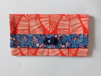 オレンジ枯れ葉と青い花マルチケースの画像