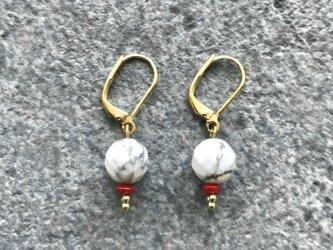 【ピアス/ハウライトとサンゴの華奢ピアス】小さいピアス・小さいイヤリング の画像