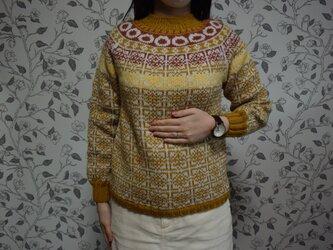 模様組み合わせマスタードセーターの画像