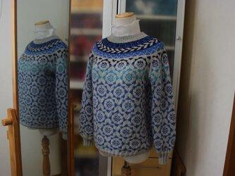 組み合わせ模様のブルーセーターの画像