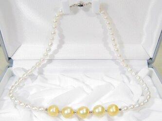 10、5.5mm本真珠(淡水)のネックレス(43cm、マグネット、SV925製ミラーボール、ホワイト、イエロー)の画像