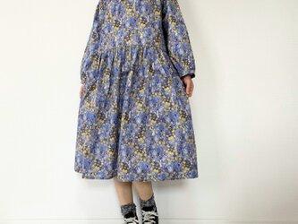 ウサギと野の花柄*ゆったりラグランワンピース*長袖*コットン100%の画像