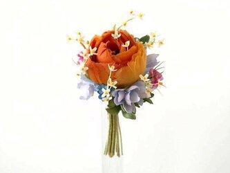 小花にまみれたラナンキュラス オレンジ色 * 薄絹製 * コサージュの画像