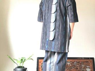 スラッシュカットのハイカラー、背中の鱗型パッチワークで遊ぶ前開き手織り綿メンズブラウス 黒青絣の画像