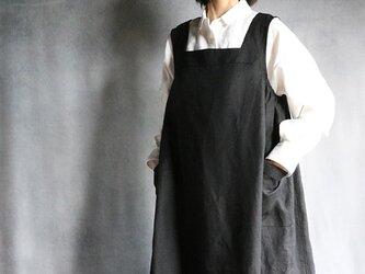 国産リネンのエプロンワンピ:黒の画像