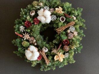 ワタの実と木の実たっぷりのクリスマスリースの画像