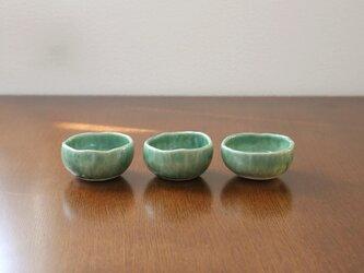 緑釉の手びねり小鉢の画像
