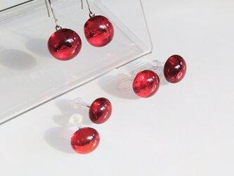赤い硝子の耳飾りの画像
