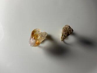 シトリンと薄桃色の天然石のピアスの画像