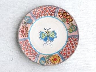 花と蝶絵のリム皿(ピンク釉)の画像