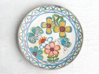 花と青い蝶絵の皿の画像