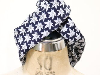 紺と白の紅葉柄のヘアターバンの画像