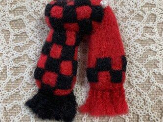 大人ブローチ(赤い市松模様のマフラー型ブローチ)の画像