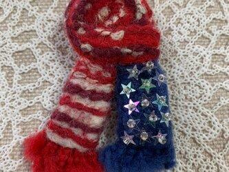 大人ブローチ(赤と紺のマフラー型ブローチ)の画像