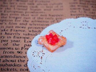 イチゴデニッシュのブローチの画像