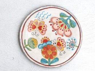 ピンクの蝶と花絵の平皿の画像