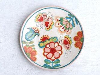 ピンクの花と蝶絵の平皿の画像