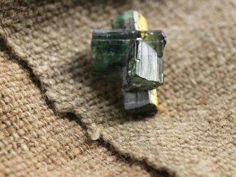 """""""漆塗り""""グリーントルマリンの原石ブローチ Green Tourmarine Brooch Urushiの画像"""