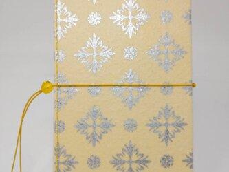 ギルディング和紙ケース(ストラップ付) 西洋花 クリームイエロー地 銀箔の画像