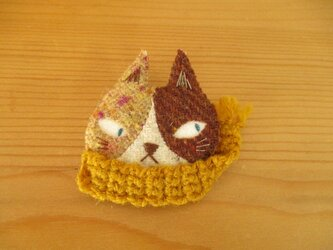 9 ハチワレ猫ブローチ(薄茶と茶色)山吹マフラーの画像