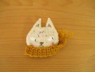 1 山吹色マフラーの猫ブローチ(オフホワイト)の画像