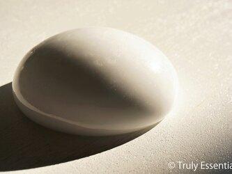 純白ガラスのインテリアオブジェ -「 いる・ある・きえる 」● 直径10cmの画像