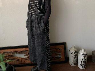 ゆったり手織り綿サロペット ロング丈とサイドリボンですっきり、前と後のスナップボタンで脱ぎ着楽ちん 黒グレイ絣の画像