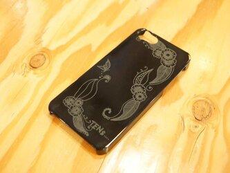 お花と蝶の彫刻iPhoneケースの画像