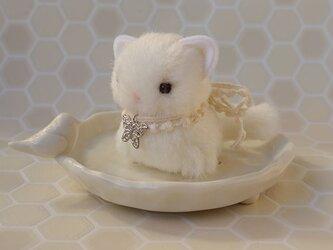 ちいさなぬいぐるみ 白猫すわりポーズ*銀色の蝶の画像