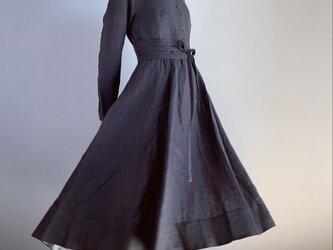 (値下げ)裾裏配色ポイント丸襟ワンピース(チャコール)の画像