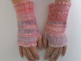 ふわっと暖かい手染め手紡ぎ糸を使った手織りハンドウォーマー  赤~ピンクの画像
