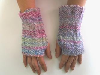 ふわっと暖かい手染め手紡ぎ糸を使った手織りハンドウォーマー  ブルー~ピンクの画像